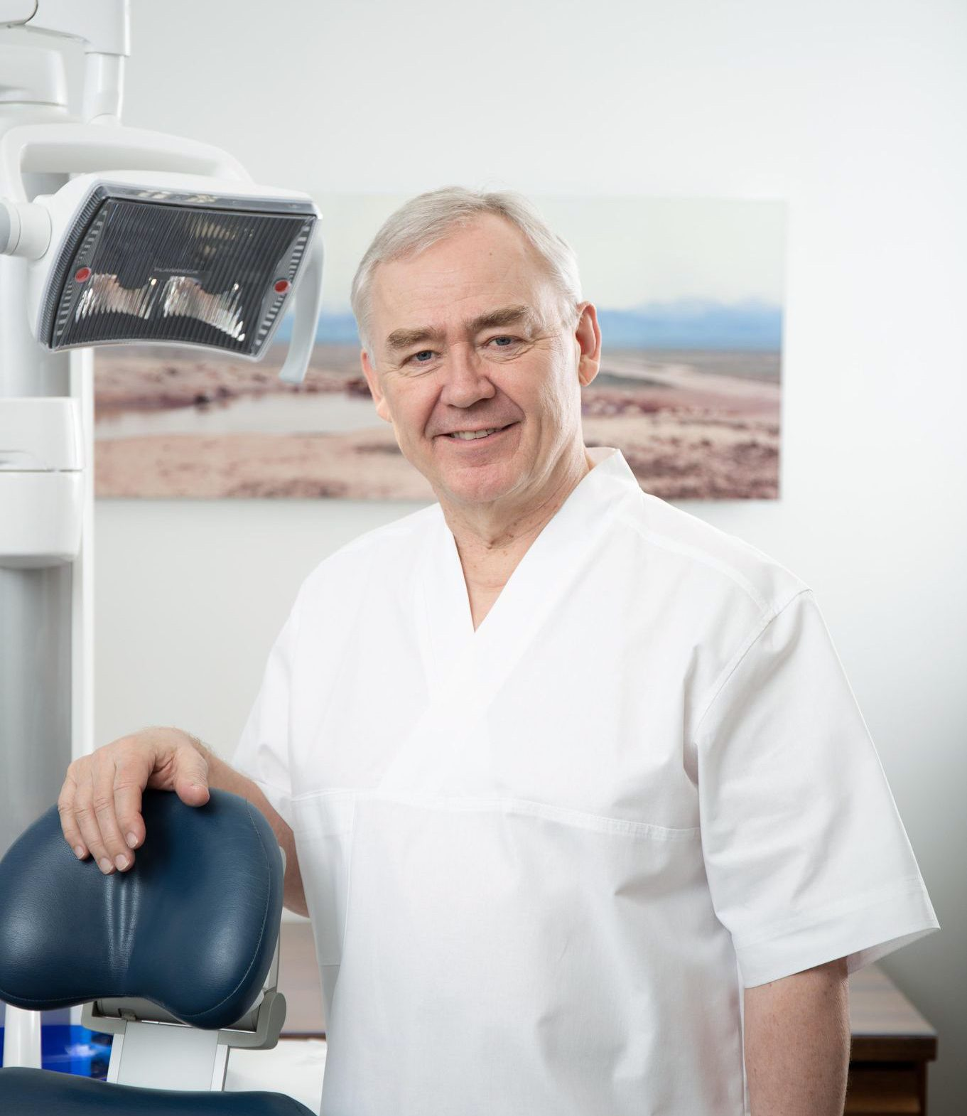 Kuvassa hammaslääkäri Seppo Lindroos, joka edustaa hammasimplanttien ja esteettisen hammashoidon huippuosaamista.. Puuttuva hammas voidaan korvata kivuttomasti.
